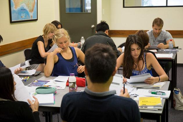 熱心に勉強するCCEBのアドバンスクラス